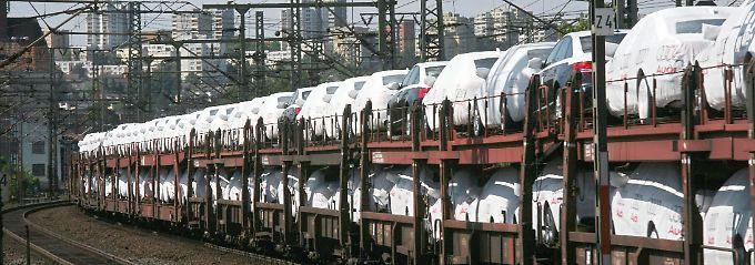 Neuwagen-Transport auf der Schiene: Europaweit geht die Zahl der Neuzulassungen im Oktober zurück.