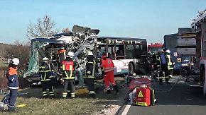 Viele Kinder an Bord, zahlreiche Verletzte: Busse rasen auf Landstraße frontal ineinander