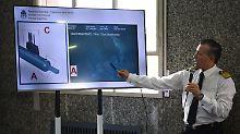 HANDOUT - 17.11.2018, Argentinien, Buenos Aires: Dieses von der argentinischen Marine zur Verfügung gestellte Foto zeigt Kapitän Enrique Balbi, der an einem Bildschirm bei einer Pressekonferenz den Rumpf des argentinischen U-Boots «ARA San Juan» zeigt. Se