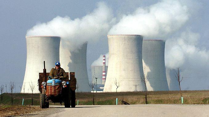 Weithin sichtbare Kühltürme: Die Anlagen des Atomkraftwerks Dukovany (Archivbild) liegen rund 30 Kilometer westlich von Brünn in Südmähren.