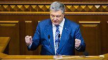 Parlament muss noch entscheiden: Poroschenko segnet Kriegsrechts-Dekret ab