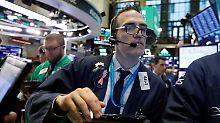 Dollar auf Talfahrt: Fed-Aussagen treiben US-Börsen an