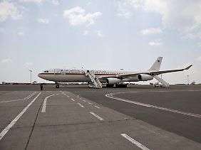 """Die """"Konrad Adenauer"""" auf dem Rollfeld (Archivbild): Von dem Langstreckenmodell vom Typ A340-300 besitzt die Flugbereitschaft zwei Exemplare."""
