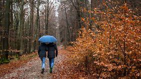 Wer raus will, sollte auch am Wochenende den Regenschirm nicht vergessen.