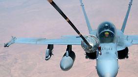 Eine F-18 während einer Luftbetankung
