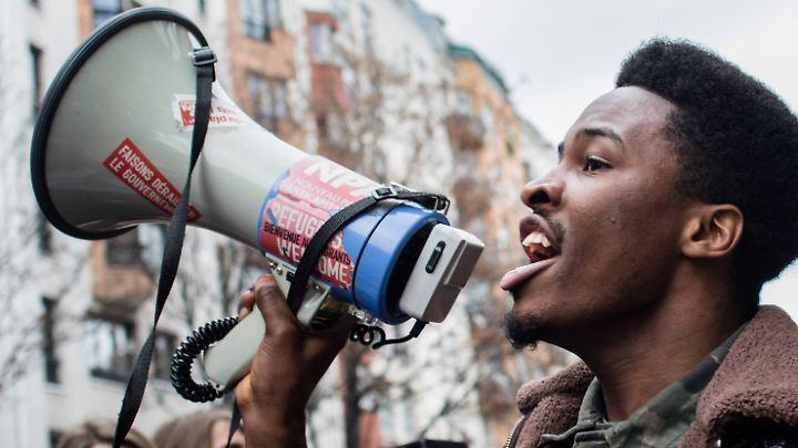 Wie hier in Paris protestierten Schüler und Studenten landesweit gegen höhere Gebühren und erschwerten Zugang.