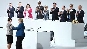 Knappe Mehrheit für Merkels Favoritin: CDU wählt Kramp-Karrenbauer zur neuen Chefin