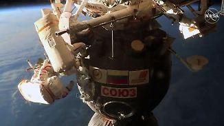Komplizierter Außeneinsatz an ISS: Astronauten begutachten mysteriöses Zwei-Millimeter-Loch
