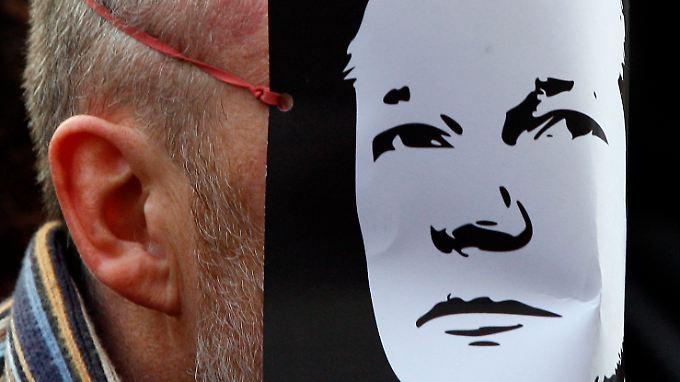 Ein britischer Wikileaks-Unterstützer zeigt seine Solidarität mit Assange.
