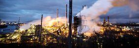 Tausende Arbeiter in den Stahlwerken von ThyssenKrupp verlieren bei der Kehrtwende ihre Jobs.