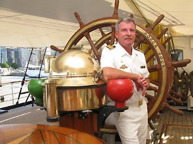 Seit Februar 2006 Kommandant des Schiffes: Kapitän zur See Norbert Schatz am Steuer der Dreimastbark Gorch Fock.