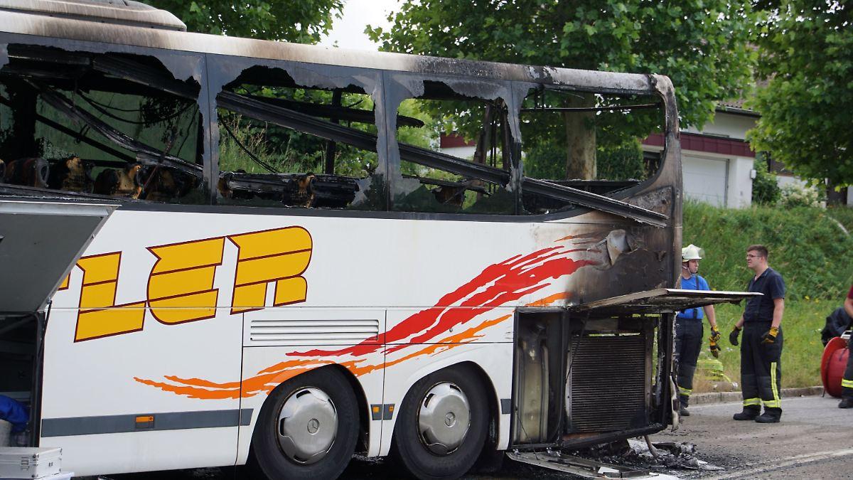 Bus mit 28 Ferienlager-Kindern fängt Feuer