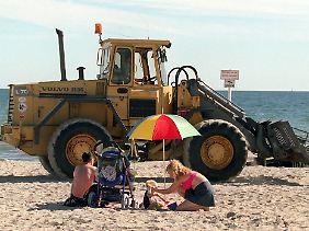Die Ostseestrände werden regelmäßig mit schwerem Gerät gereinigt.