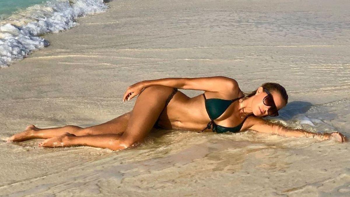 Sylvie Meis rekelt sich im Sand