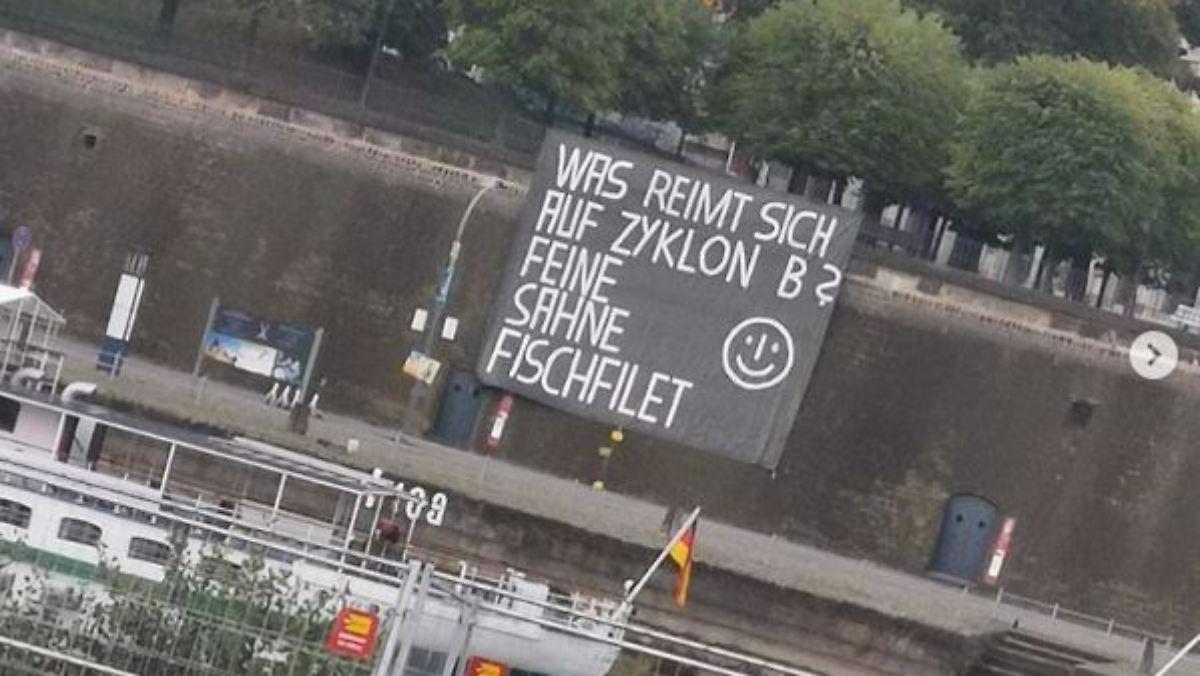Feine Sahne Fischfilet mit Nazi-Banner begrüßt