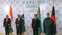 Die Teilnehmer des TAPI-Treffens von Aschgabat (v.l.n.r.): Indiens Ölminister Murli Deora, Pakistans Präsident Asif Ali Zardari, der Präsident Turkmenistans, Gastgeber Gurbanguly Berdimuhamedow und sein afghanischer Amtskollege Hamid Karsai.