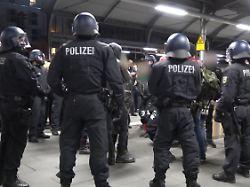 Rechte treffen auf linke Gruppen: Schlägerei nach Demo legt Bahnhof lahm