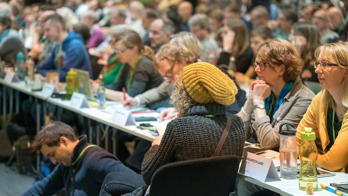 Parteitag in Bielefeld:Grüne stimmen für höheren CO2-Preis - n-tv NACHRICHTEN
