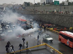 """""""Scharfschützen feuern in Menge"""": Amnesty beklagt hundert Tote im Iran"""