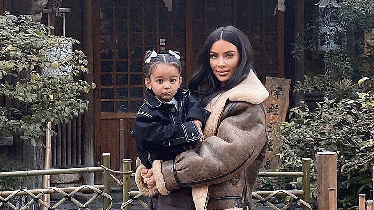 Kim Kardashian trägt schräges Schuhwerk