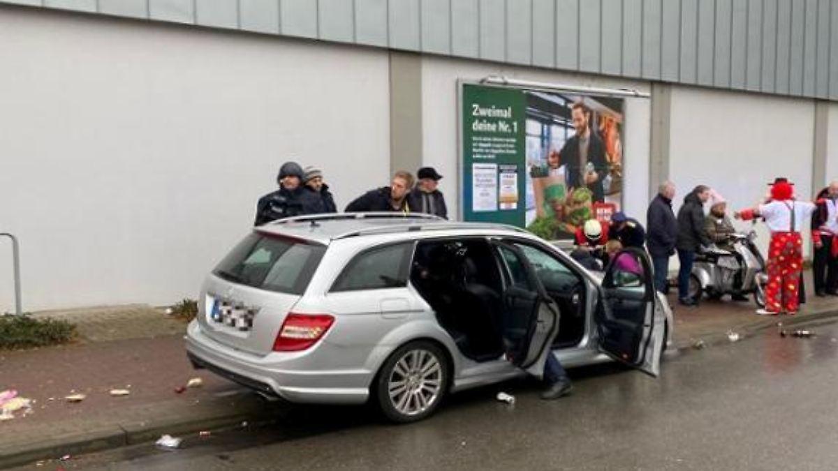 Autofahrer fährt in Karnevalsumzug - Dutzende Verletzte