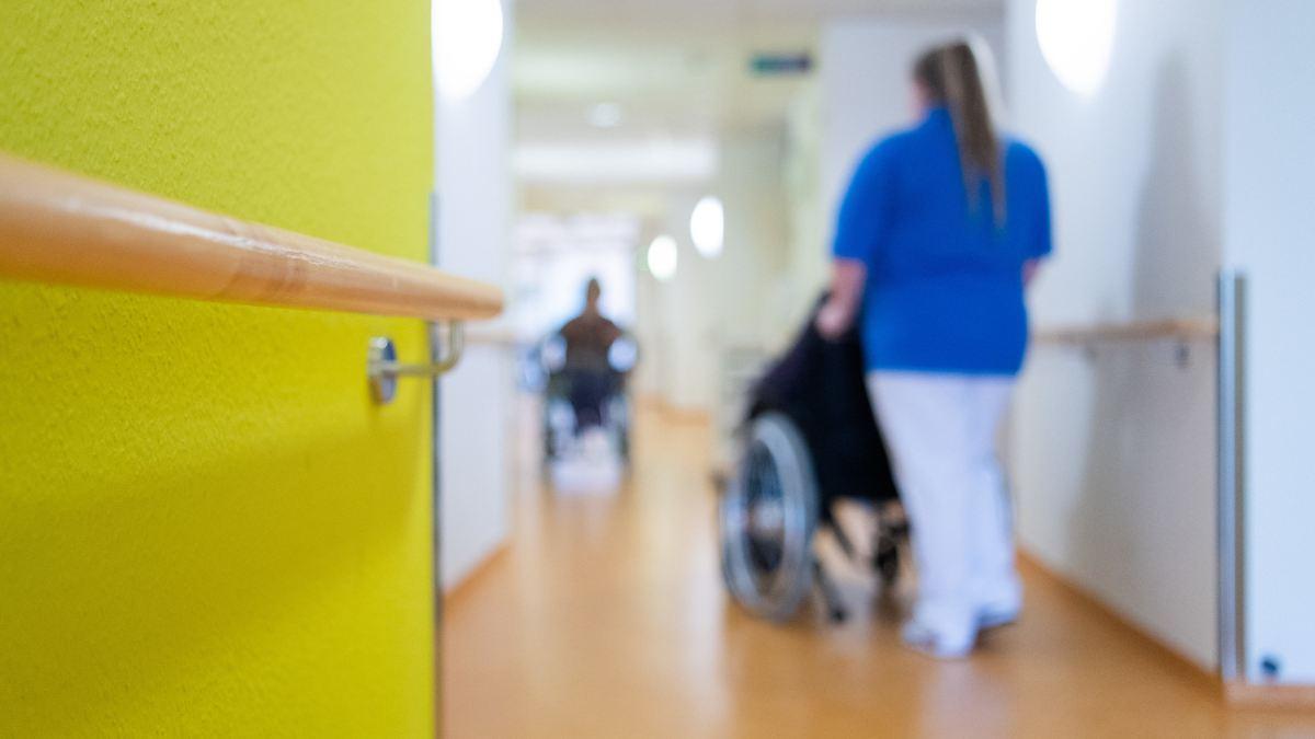 Altenpflegerin geht trotz Infektion arbeiten