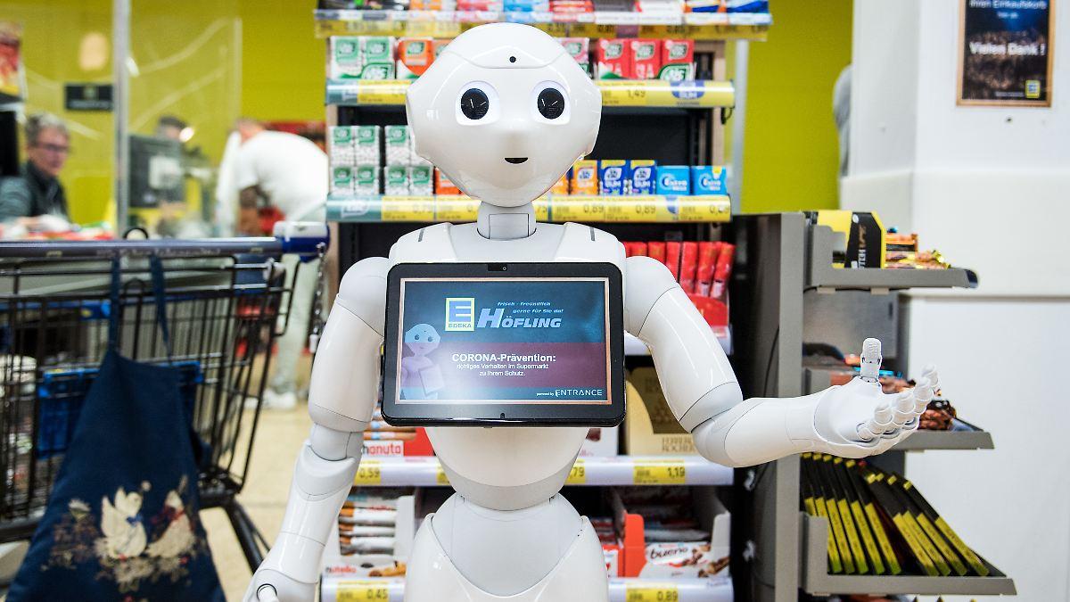 Roboter erklärt Corona-Regeln im Supermarkt