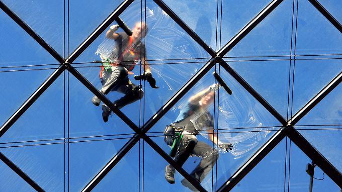 In Berlin und den Westländern erhalten Gebäudereiniger ab Januar mindestens 11,50 Euro pro Stunde. In den ostdeutschen Ländern beträgt der Mindestlohn nur 8,88 Euro für die gleiche Arbeit.