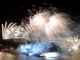 "Silvesterfeuerwerk am ""London Eye""."