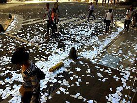 So kann man auch das alte Jahr verabschieden: Hier haben Büro-Mitarbeiter in Buenos Aires am 31. Dezember alte Papiere aus den Fenstern geworfen.