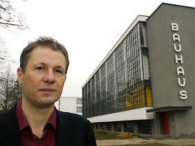 Oswalt vor dem Gebäude des Bauhauses in Dessau-Roßlau (Archivbild von März 2009).