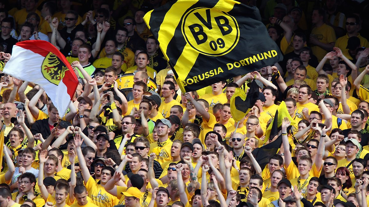 bvb flagge auf schalker stadion freibier f r den fahnen. Black Bedroom Furniture Sets. Home Design Ideas