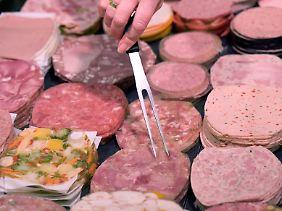 Menschen mit durchschnittlichen Ernährungsgewohnheiten nehmen rund 12 Pikogramm Dioxine täglich über Fleisch- und Wurstwaren auf.