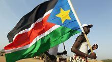 Vor einem Wahllokal in Juba. Der vermutlich entstehende neue Staat hat bereits eine Flagge, aber noch keinen Namen.