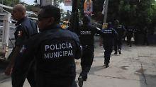 Der Drogenkrieg erreicht die Touristenstädte: Polizisten auf der Flucht vor dem Angriff einer Drogenbande.