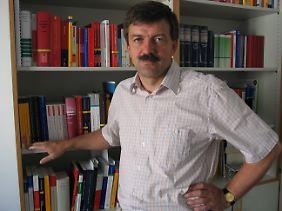 Jörg Kinzig ist Professor für Straf- und Strafprozessrecht an der Eberhard-Karls-Universität in Tübingen.