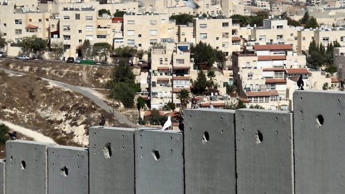 Die Siedlung Pisgat Ze'ev im Nordosten von Jerusalem mit der Grenzmauer im Vordergrund.