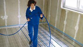 Hoch effektiv:Moderne Heizsysteme imFußboden werden mit Wasser betrieben, das durch Schläuche im Fundament läuft.