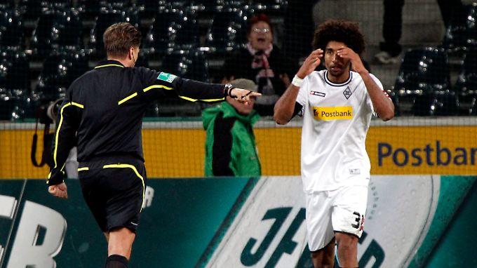 Dantes Inferno in der Bundesliga: Erst erkannte Schiedsrichter Thorsten Kinhöfer das Tor des Gladbachers zum 3:2 nicht an, dann entschied er auf Elfmeter gegen Dante und stellte ihn vom Platz.
