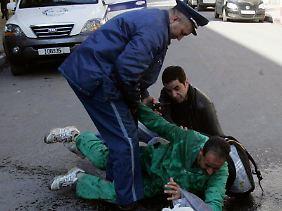 Polizisten versuchen, die Selbstverbrennung eines Mannes zu verhindern.