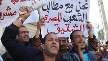 Aktuelle Bilder aus Algerien gibt es bislang nicht - das Foto zeigt Proteste vor der ägyptischen Botschaft in Algier am vergangenen Mittwoch.