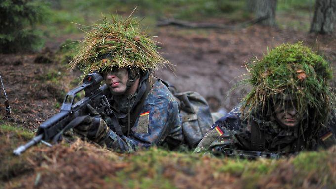 Grundausbildung beim Panzergrenadierlehrbataillon 92 in einem Wald bei Munster.