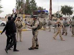 Der Diktator ist weg, aber der Irak ist noch lange keine blühende Demokratie.