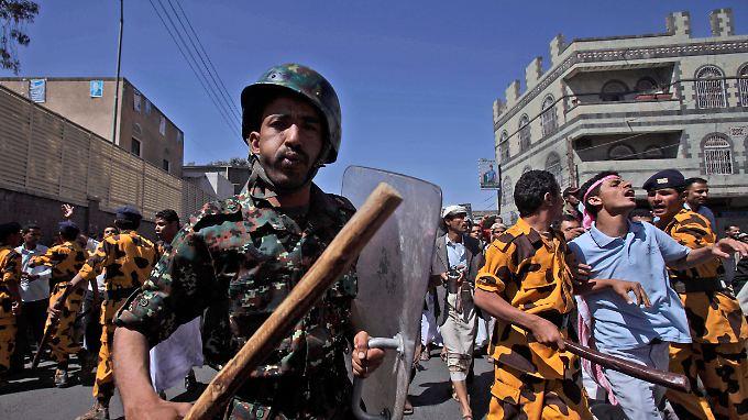 Sondereinheiten der jemenitischen Polizei gehen gegen oppositionelle Demonstranten vor.