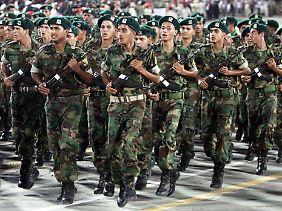 Gaddafi stützt seine Macht auf die Armee.