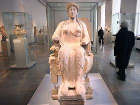 """Die """"Thronende Göttin von Tarent"""" in einem der Ausstellungssäle im Alten Museum."""
