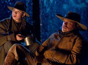 Maulheld am Lagerfeuer: Mattie pflegt den Texas Ranger.