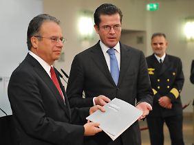26. Oktober 2010: Die Strukturkommission der Bundeswehr unter Leitung von Frank-Jürgen Weise (l.) übergibt ihren Bericht an Verteidigungsminister Guttenberg.