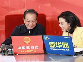 Mit der Maus zum Volk: Wen Jiabao (links) geht mit Unterstützung staatlicher Medienvertreter online.