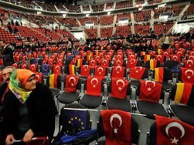 Die Halle in Erwartung Erdogans: viel Türkei, ein bisschen Deutschland und wenig EU.